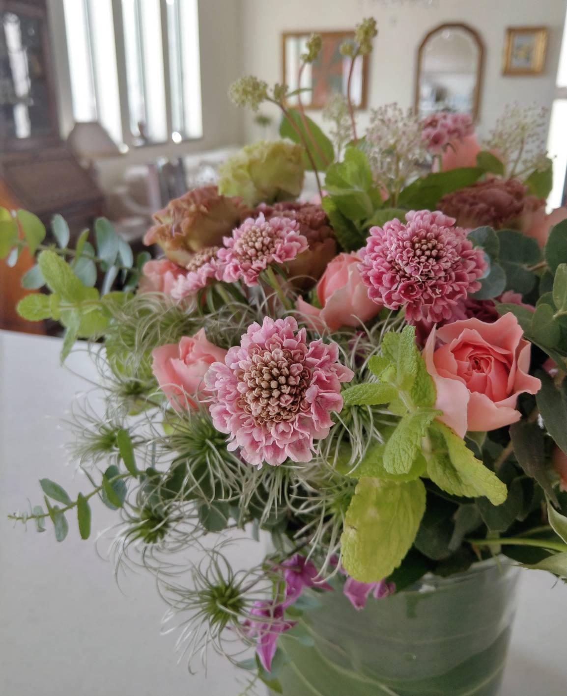 スカビオサ、バラ、リシアンサス、クレマチスなど秋の花材を使ったブーケ