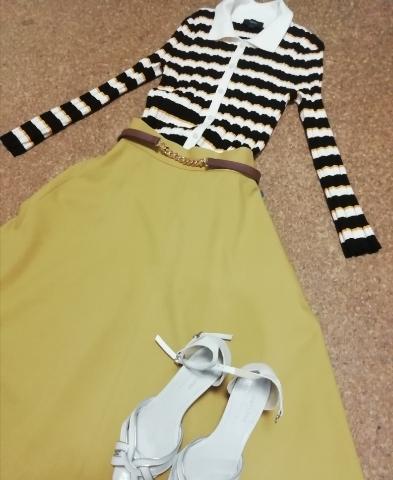 ストロベリーフィールズの黄色いフレアスカートとコーディネイト。レトロな雰囲気です。