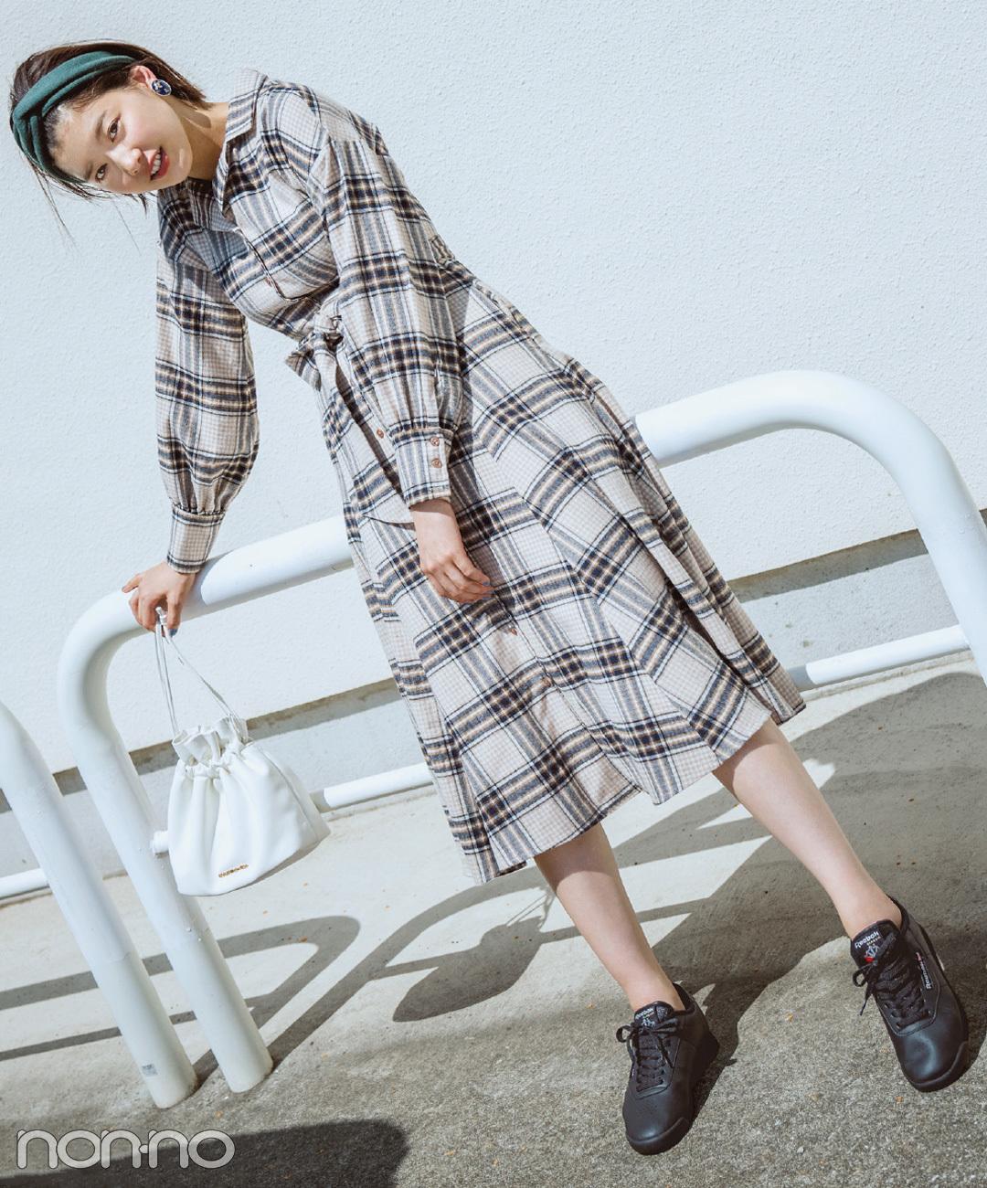 【黒スニーカーコーデ】渡邉理佐は、淡色ベースのチェック柄ワンピにストカジな雰囲気をひと盛り