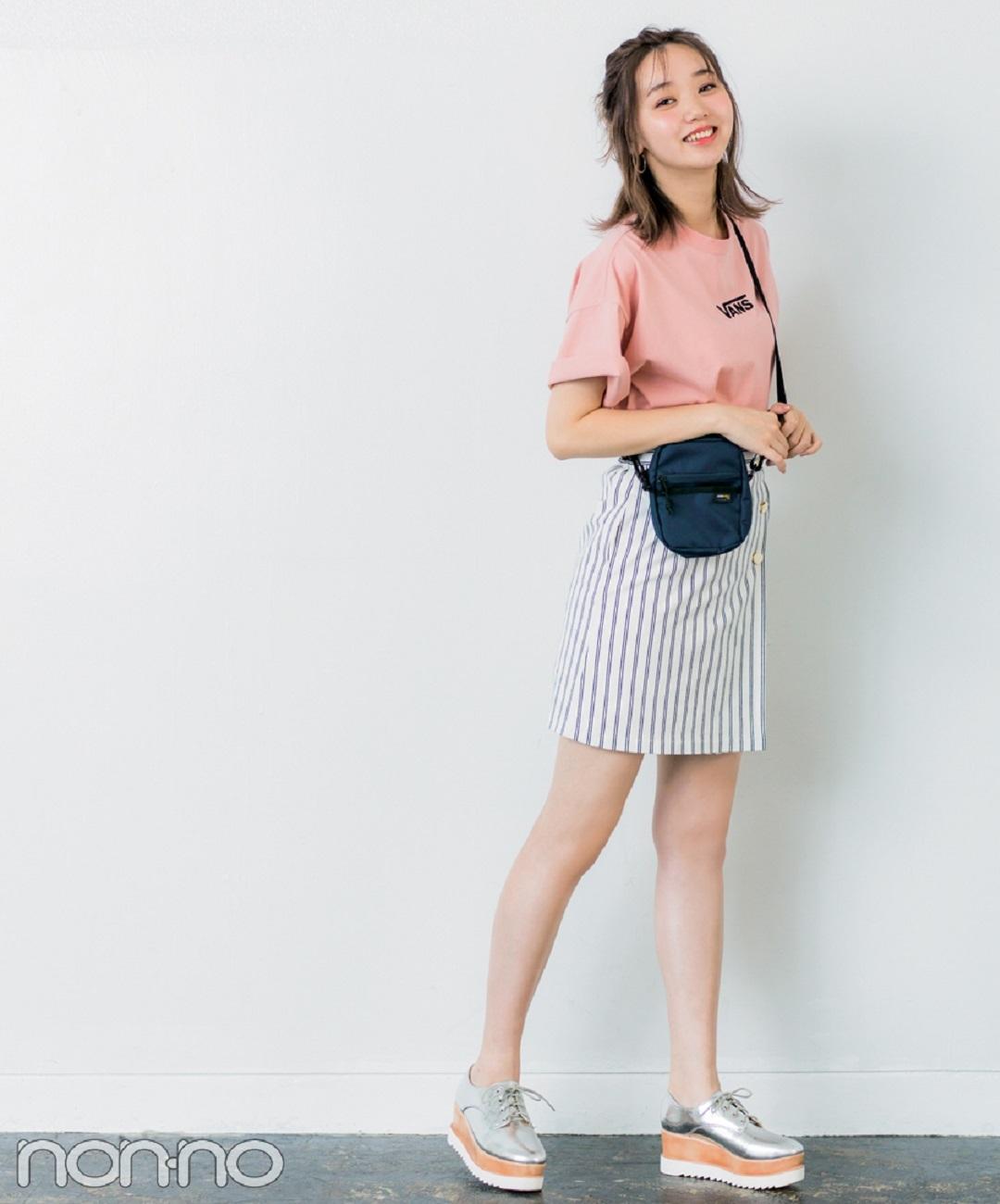 【夏のTシャツコーデ】江野沢愛美は、旬のストライプミニで今っぽさも美脚も叶える♪