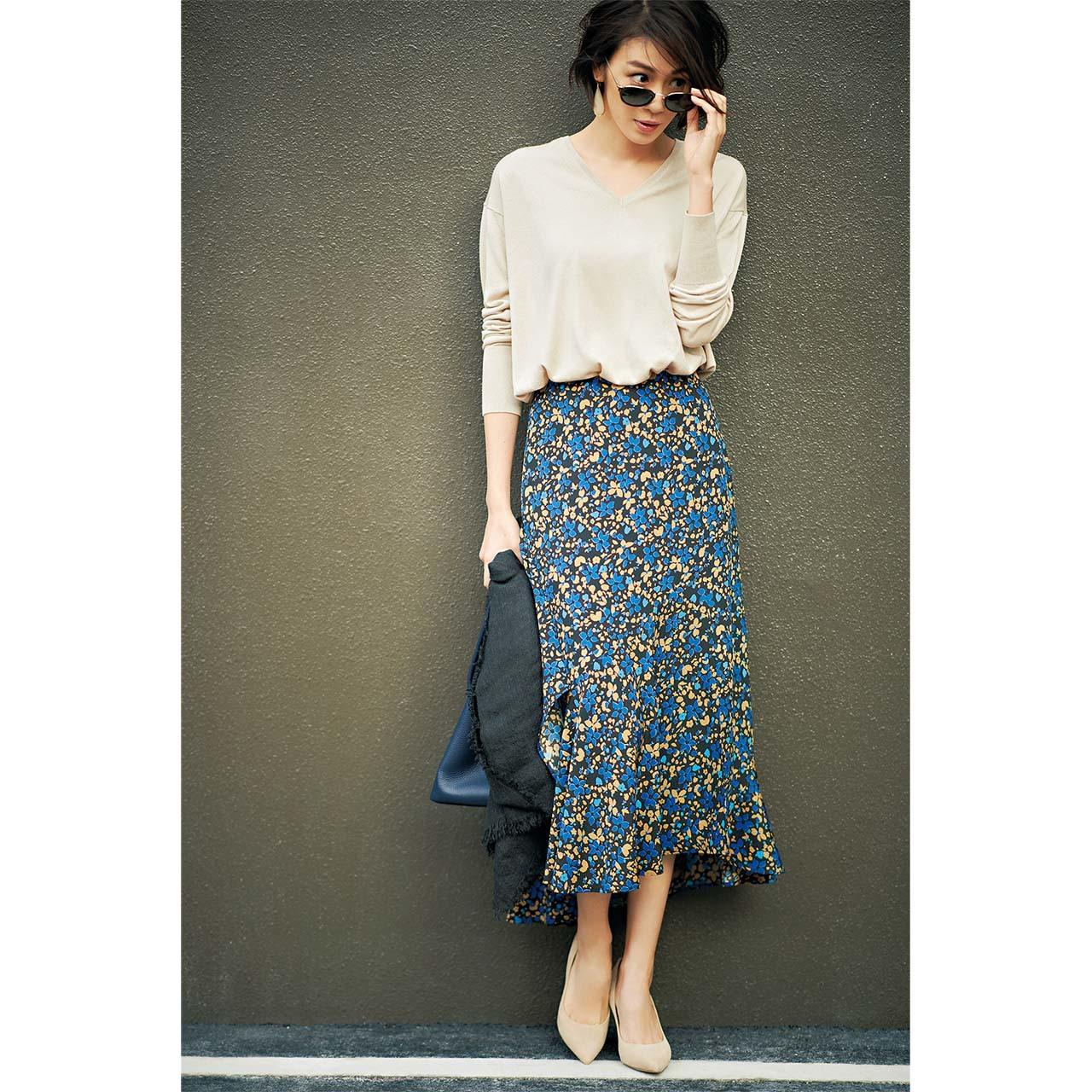 花柄スカート×ニットコーデを着たモデルの竹内友梨さん
