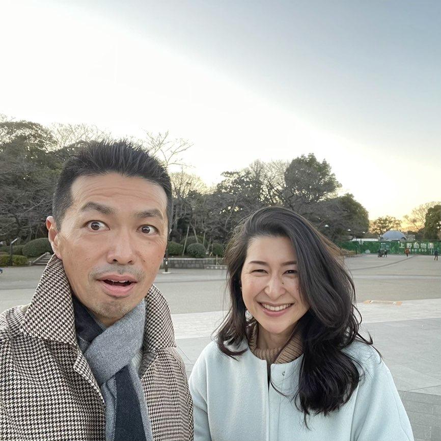 夫婦写真、公園で撮った主人と私の二人が写った笑顔の顔写真