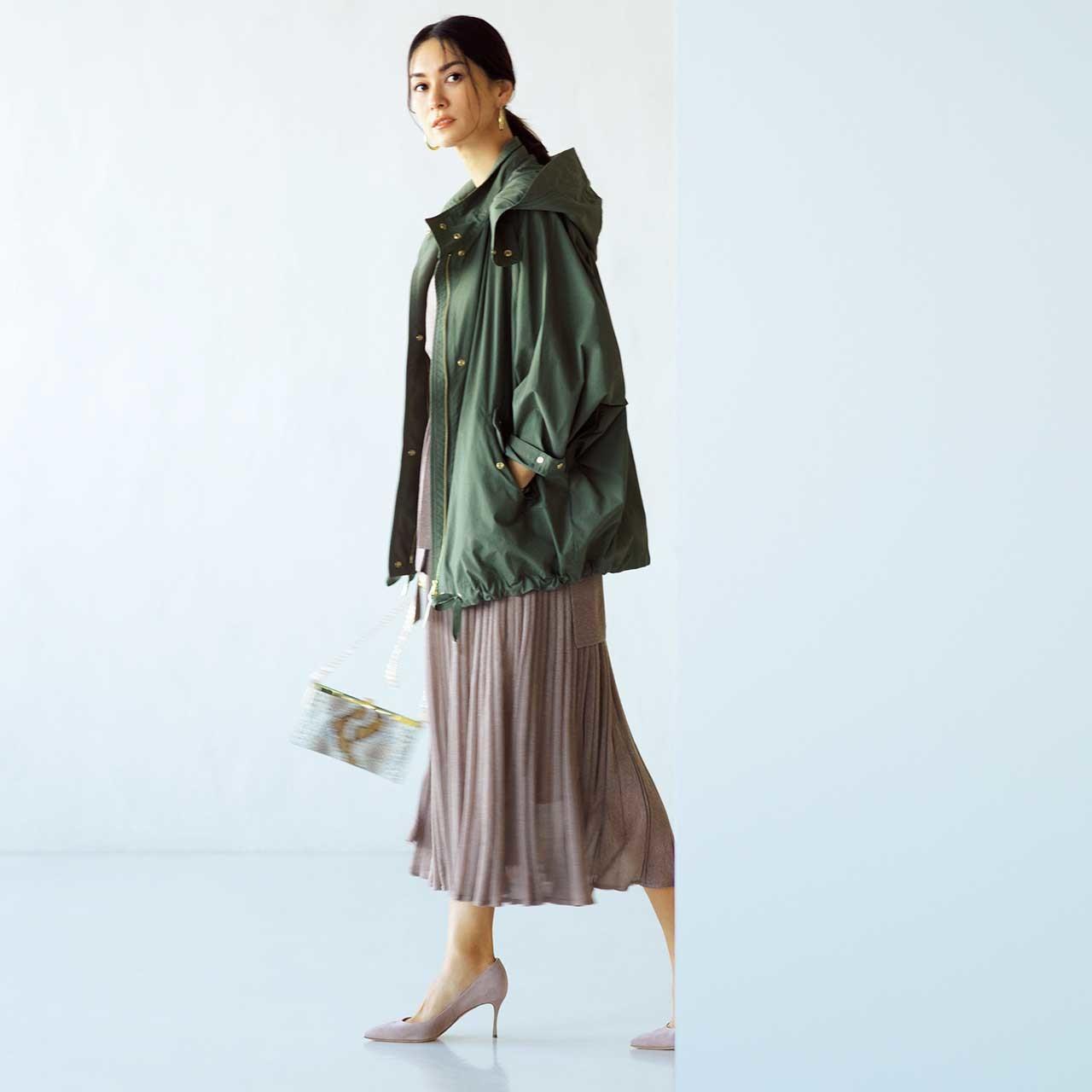 カーキのフード付きブルゾン×スカートコーデを着たモデルのブレンダさん