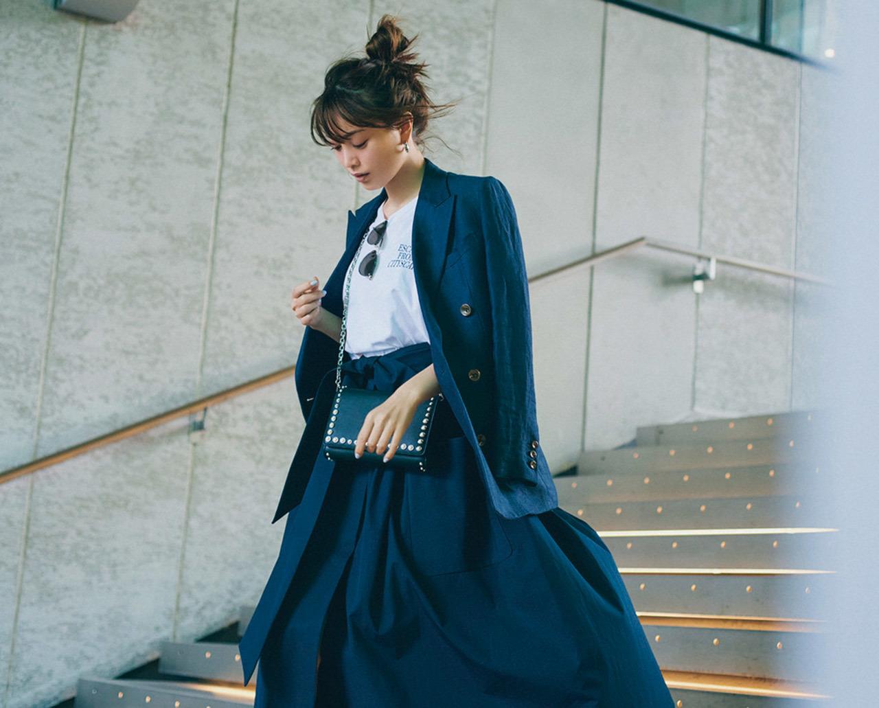 ロゴTシャツ×ジャケット×スカートのセットアップコーデ