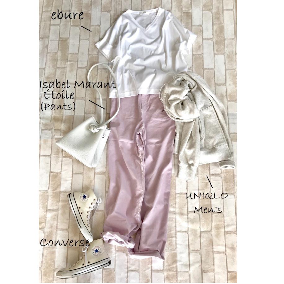 白コンバースのハイカットスニーカー×白Tシャツ&ピンクパンツのファッションコーデ