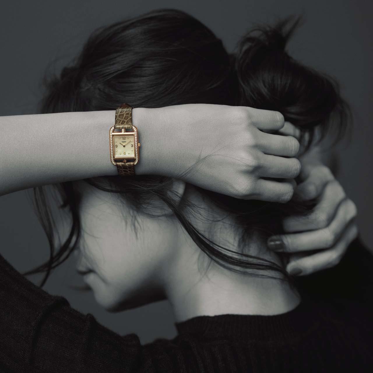 エルメスのニット×エルメスの時計コーデを着たモデルの竹下玲奈さん