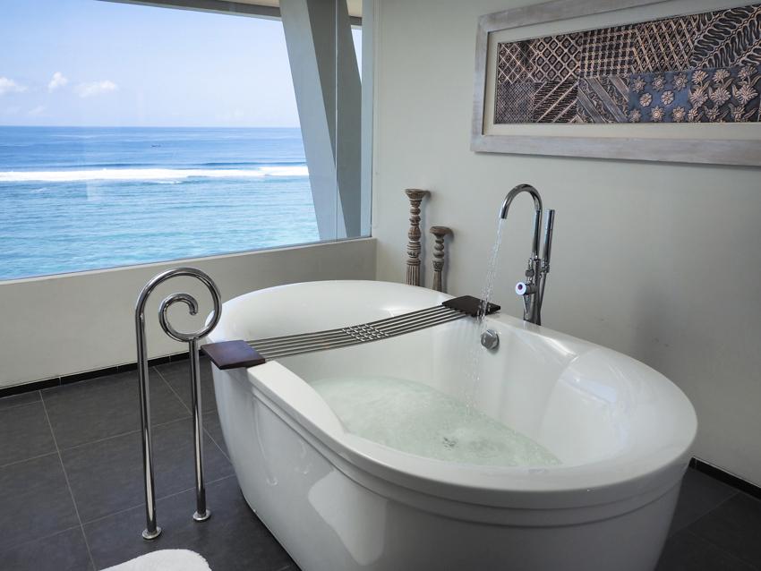 オーシャン フロンント ハネムーン スイートのバスルーム。タブに浸りながら眺めるラグーンの美しさ。