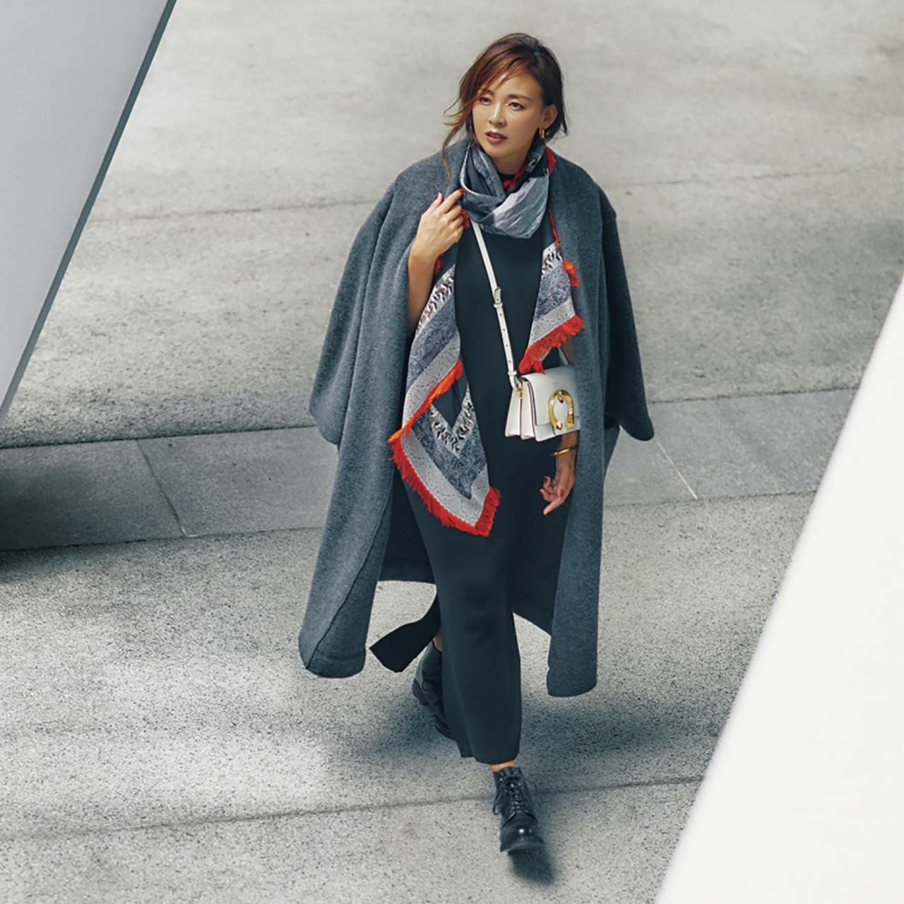 コート×ロングワンピースを着たモデルのSHIHOさん