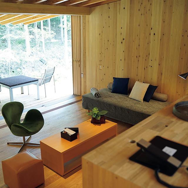 木材を多く使ったスイートヴィラでは素足で過ごしたくなる