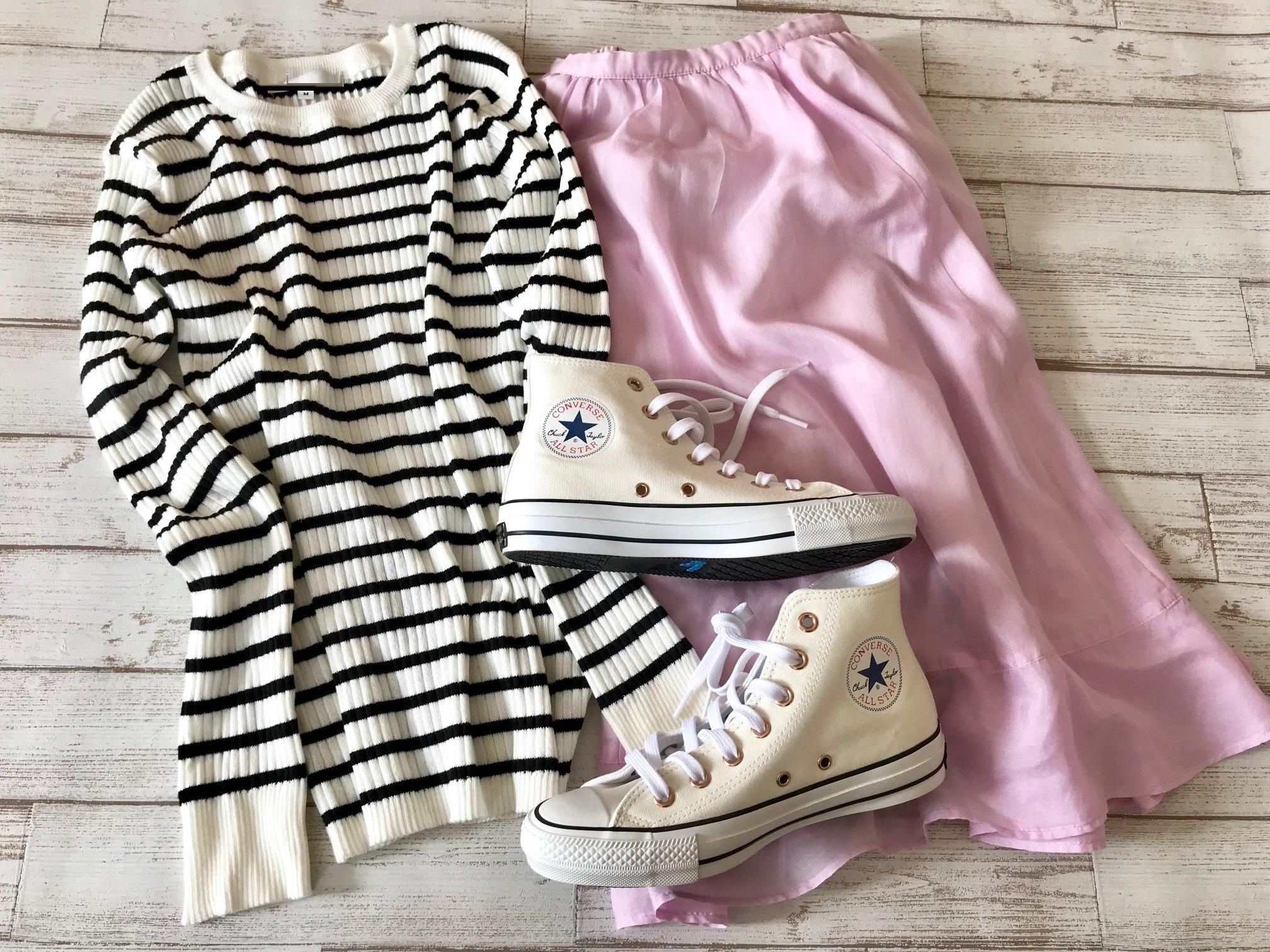 白コンバースのハイカットスニーカー×ボーダーニット&ピンクスカートのファッションコーデ