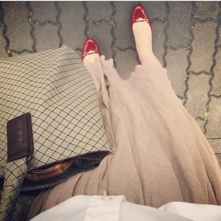 リアル通勤コーデ。何を着ようか迷った金曜日はパキッと白シャツ&ふんわりスカートで!_1_2