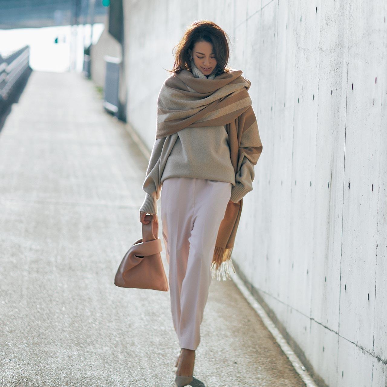 ピンクパンツ×ベージュのニット×大判ストールのファッションコーデ