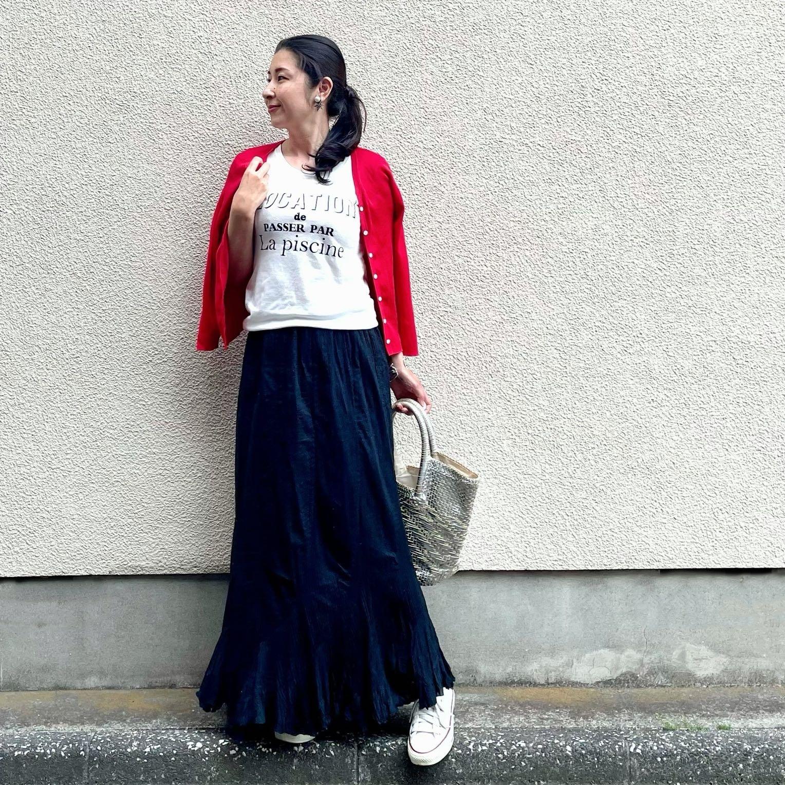 黒マキシスカート、白ロゴTシャツ、赤カーディガン、シルバーメッシュトートバッグ、白スニーカー