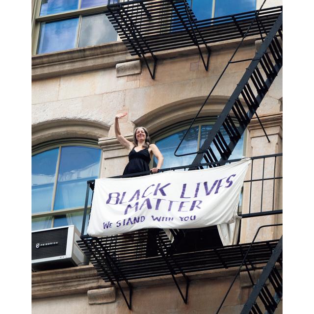 黒人差別反対の横断幕を作り、自宅前 を通るデモ行進にエールを送る