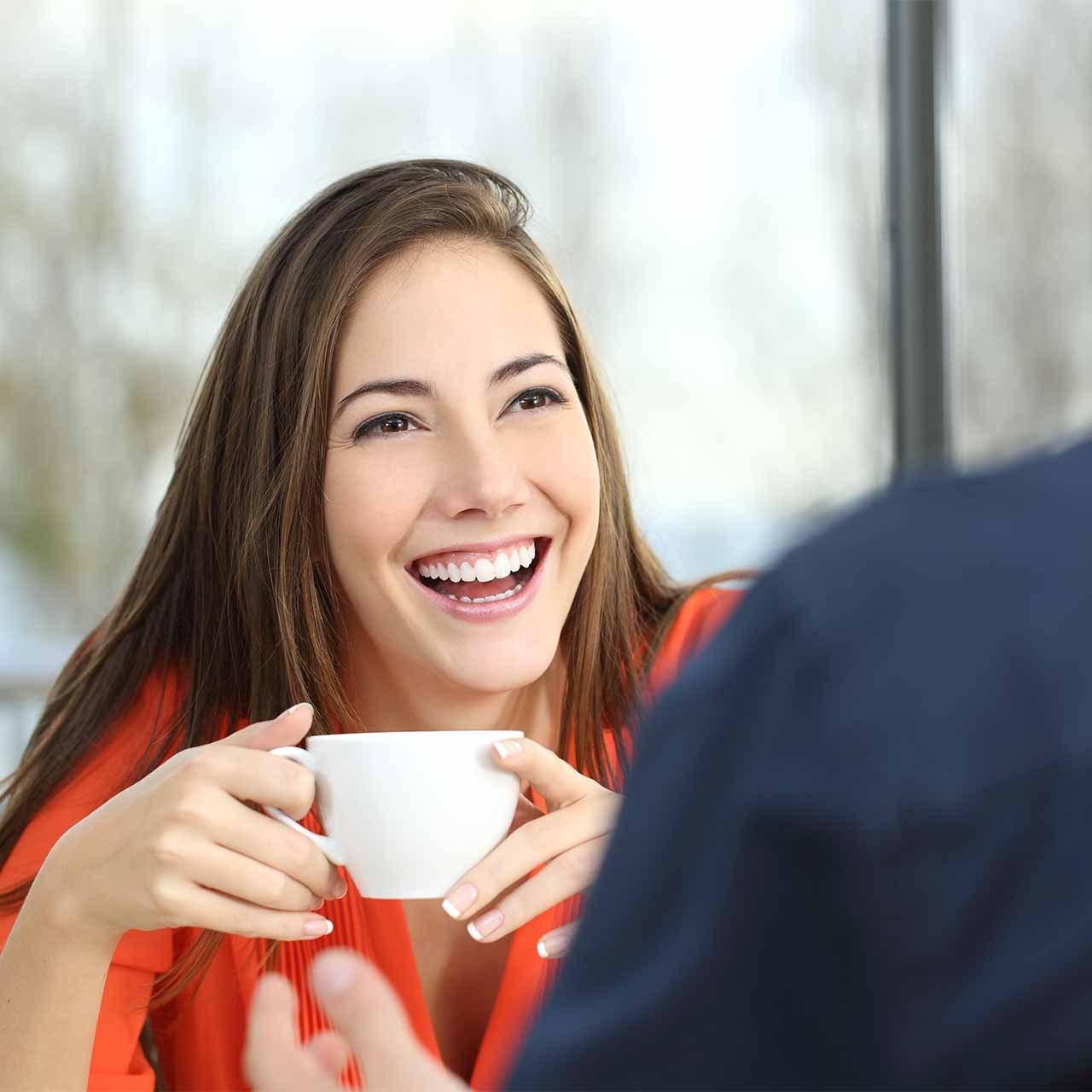 親しみやすく幸せそうな女性と男性