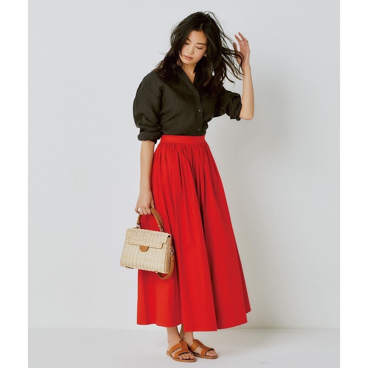 リネンのブラウンシャツ×赤いロングスカートコーデを着たモデルの矢野未希子さん