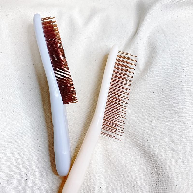 KOBAKOの新作のヘアケアシリーズのヘアスムースブラシはソフトタイプとハードタイプの2種類でピンの長さも異なる