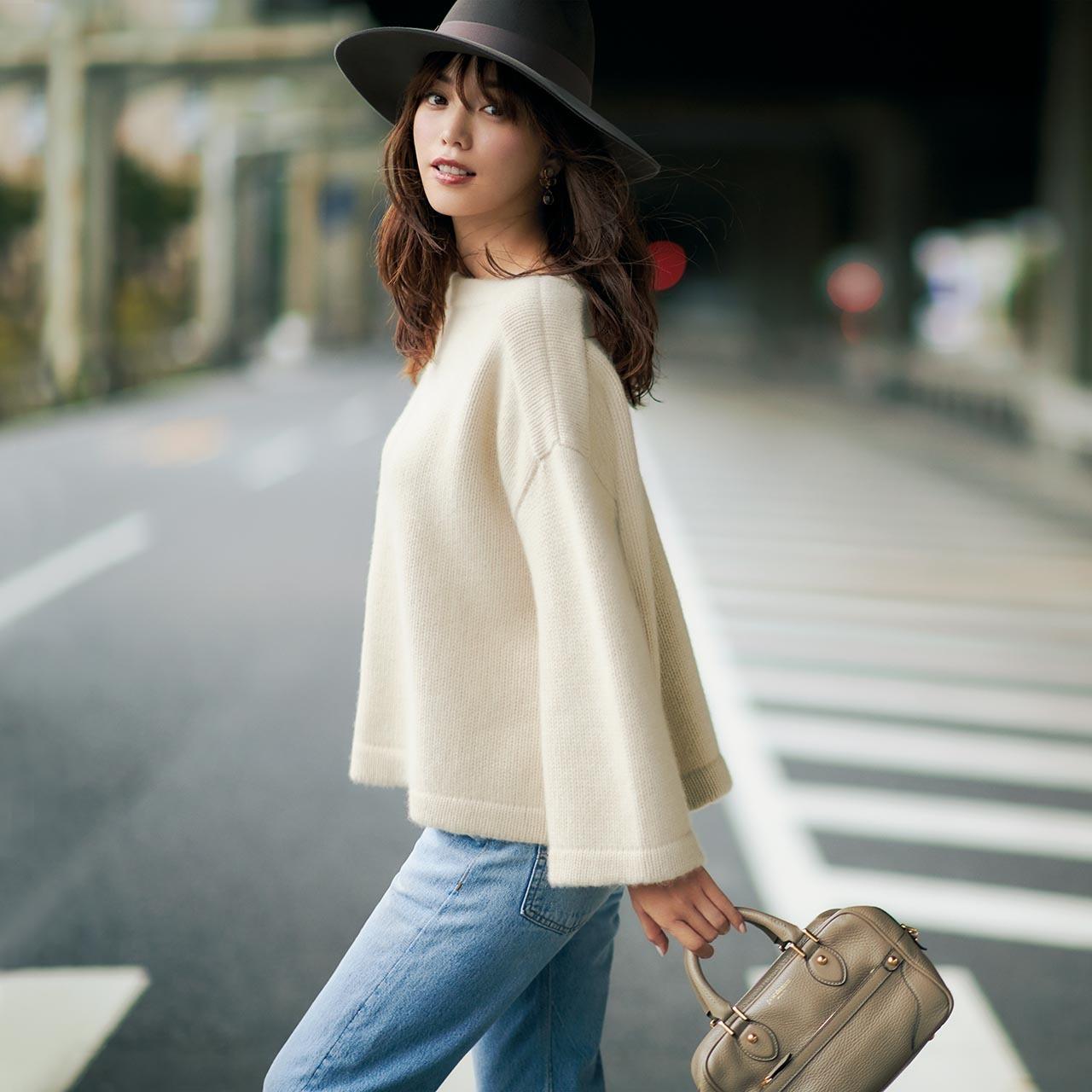 白ニット×デニムパンツのファッションコーデ