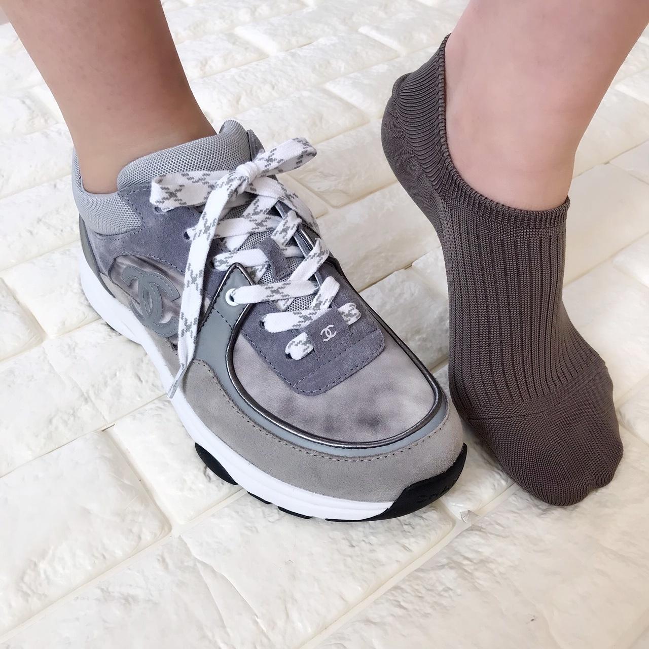 シャネルのスニーカーと靴下を合わせた画像