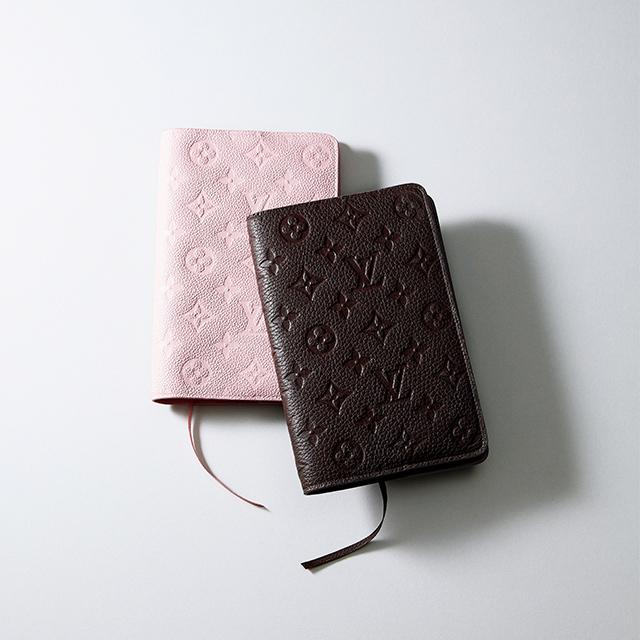 ノートや手帳のカバーにもなる日本限定品。 「ルイ・ヴィトン」のブックカバー