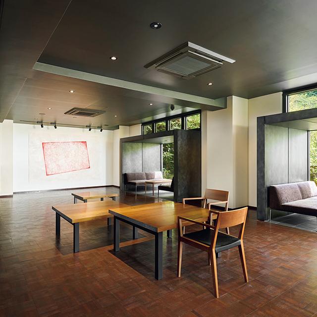 ロビー&ギャラリーには、柳氏の代表作のひとつ 「さまよえる位置」シリーズを展示