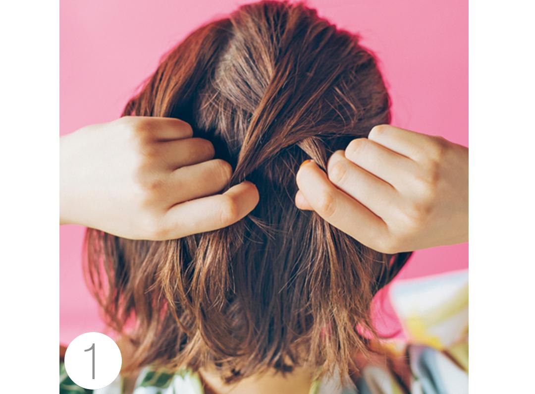 まず、ハチ上の髪の毛を手ぐしで集め、全体に編み込みにしていく。細かくしすぎず、ざっくり編み込んでいくイメージでOK。