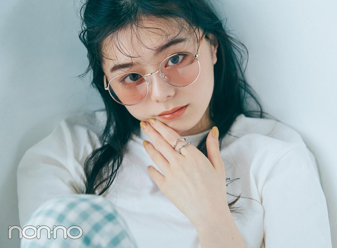紺野彩夏のプチプラアクセサリー『カラーレンズサングラス×シルバーデザインリング』モデルカット4-1