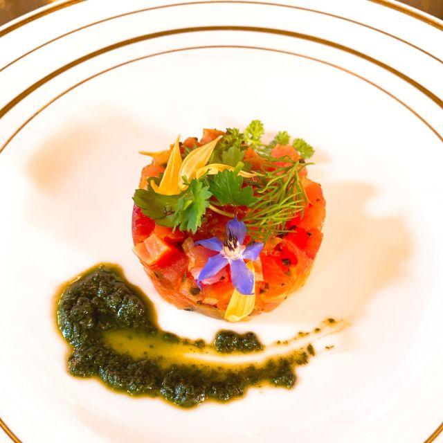 前菜:八海山サーモンと帆立のタルタル仕立て バジルソース