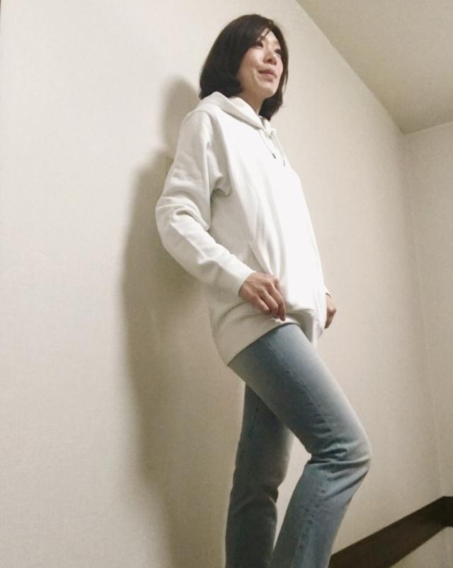 ユニクロのメンズパーカー×デニムパンツのファッションコーデ