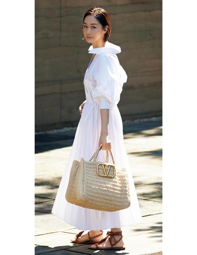 ヴァレンティノ ガラヴァーニのかごバッグと真っ白なシャツワンピースコーデの富岡佳子