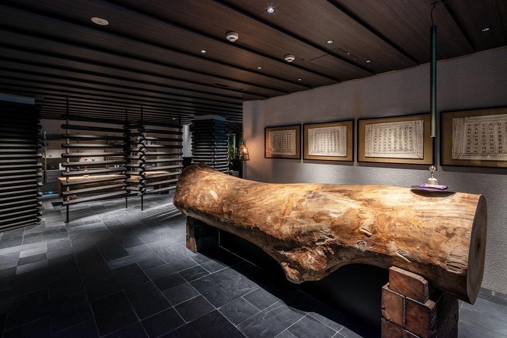 ふふ奈良のロビーにある大きなクスノキのカウンター