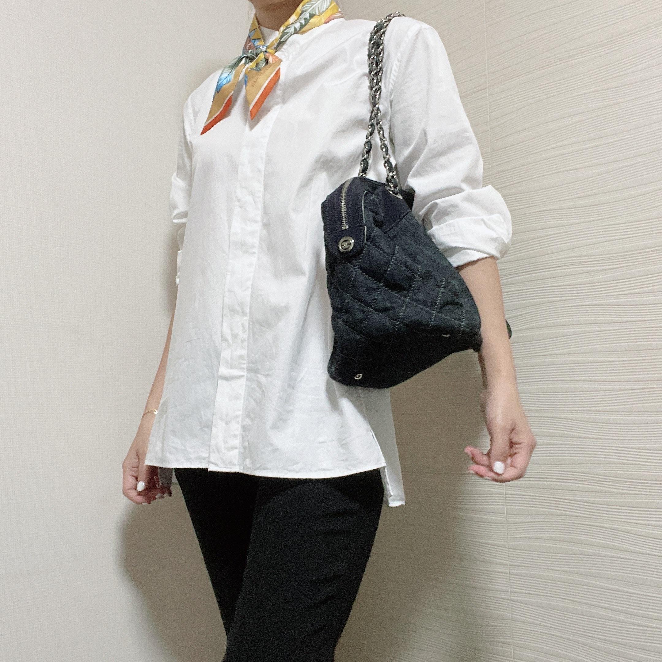 黒パンツ×白シャツ