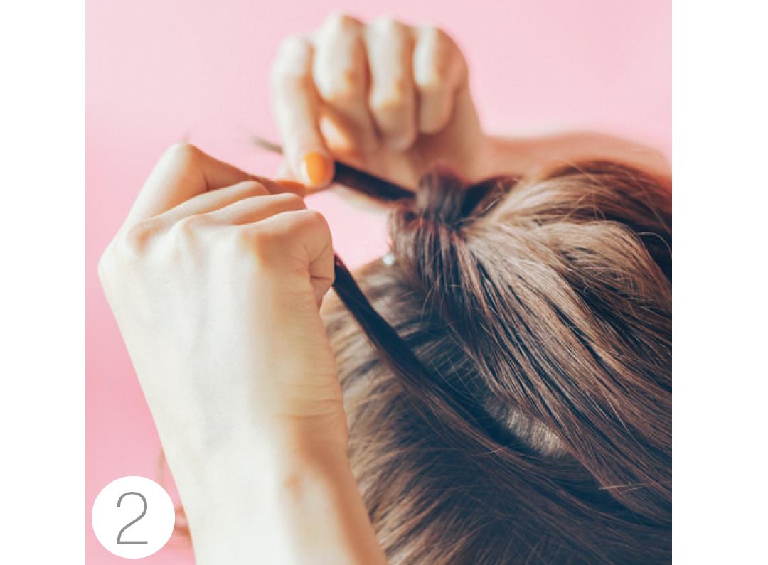 ①で結んだ髪の下、耳上の髪を少し取り、先ほどの結び目に持っていく。この時きっちり分け目がつかないようラフに分けて。