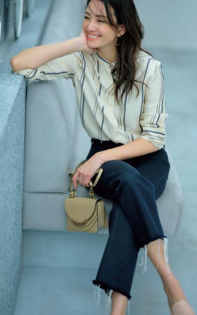 シルキーなベージュシャツでリラックスタイムも女らしく
