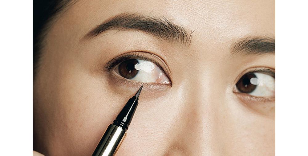 ⑥で上下まつ毛の間を埋めるように忍者アイラインを入れる。薄い色でフレームラインをナチュラルにくっきりさせ、目の形を生かして強調する