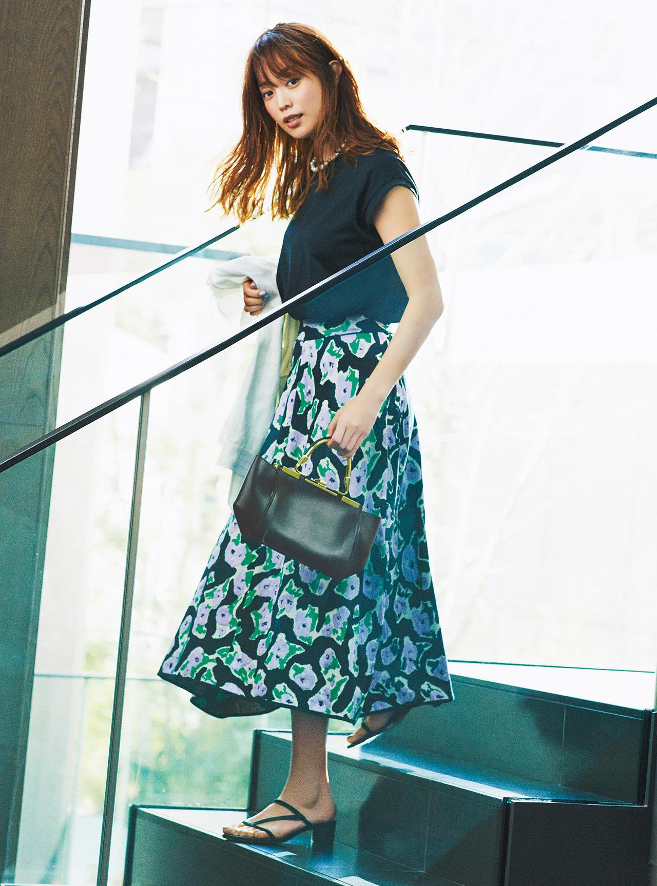 黒Tシャツ×花柄スカートのフェミニンファッションコーデ