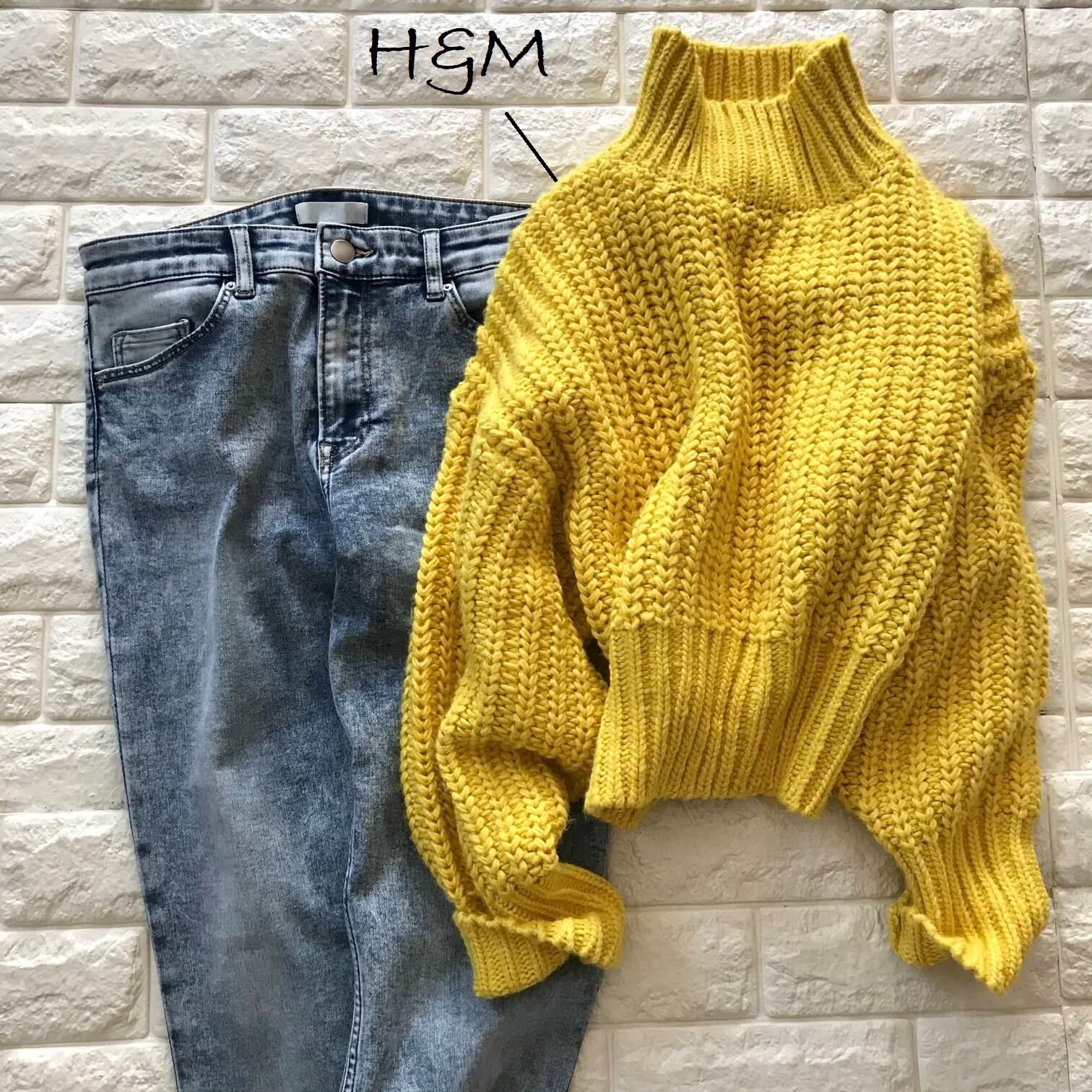 H&Mのイエローニットとデニムを合わせた画像