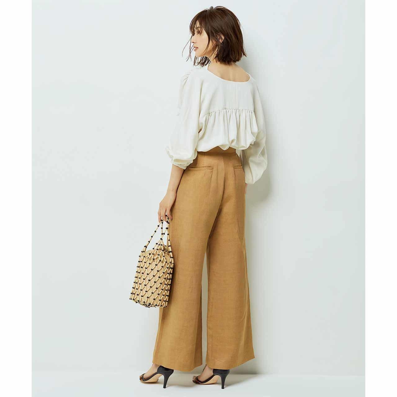 ブラウス×レリタージュのパンツコーデを着たモデルの高垣麗子さん