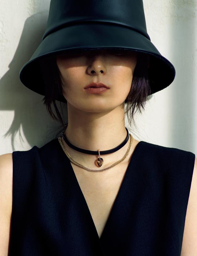 リーフェ ジュエリーのチョーカーネックレスを着用したリー・モモカ