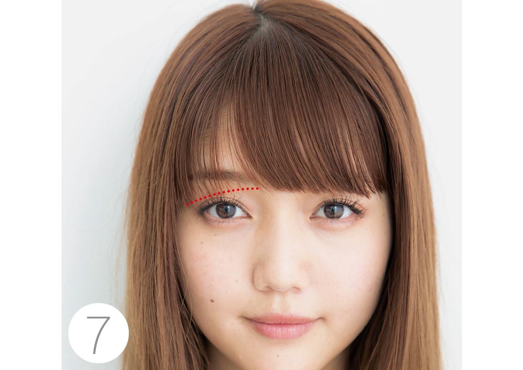 【7】逆サイドは少しでOK 逆サイドの前髪は、分け目から黒目の外側にかけて斜めになるように、はみ出た部分だけをカット。