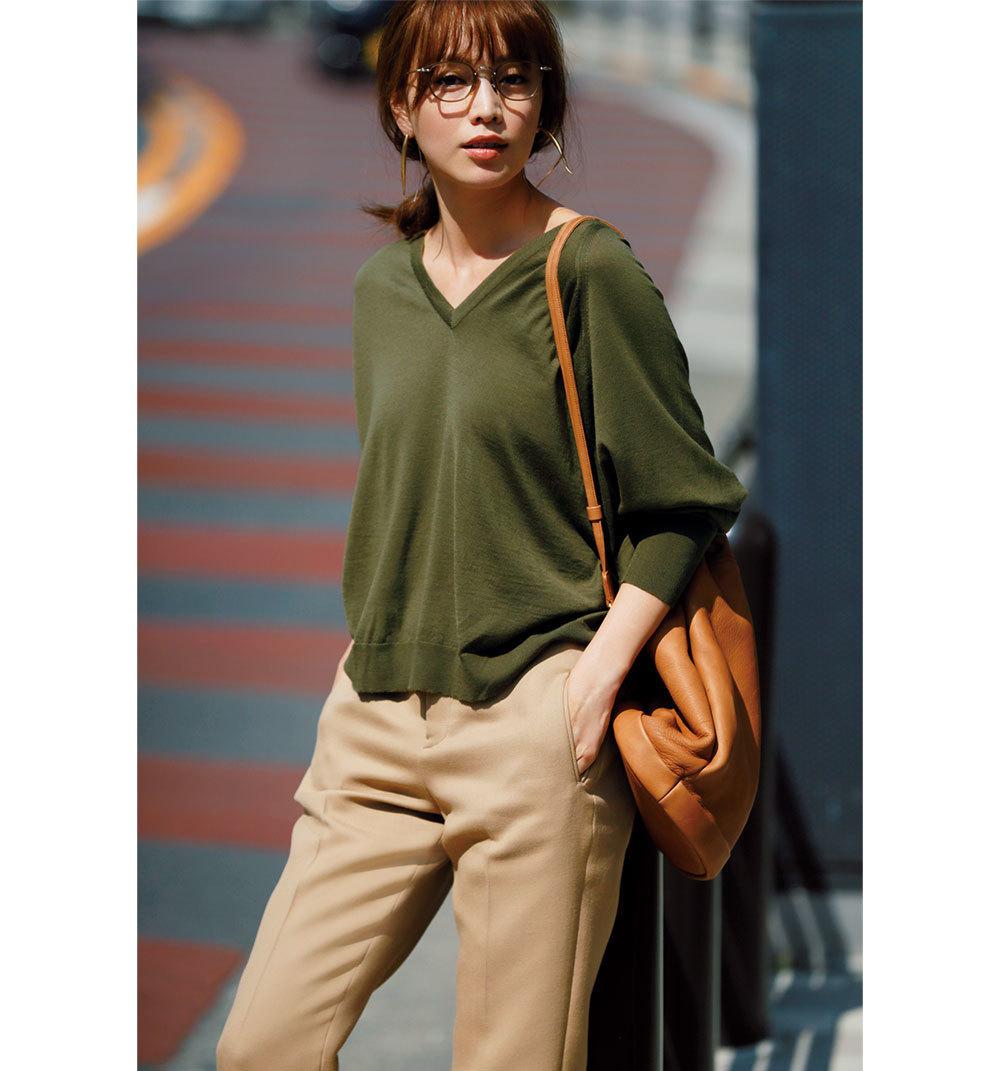 カーキニット×ベージュパンツのファッションコーデ