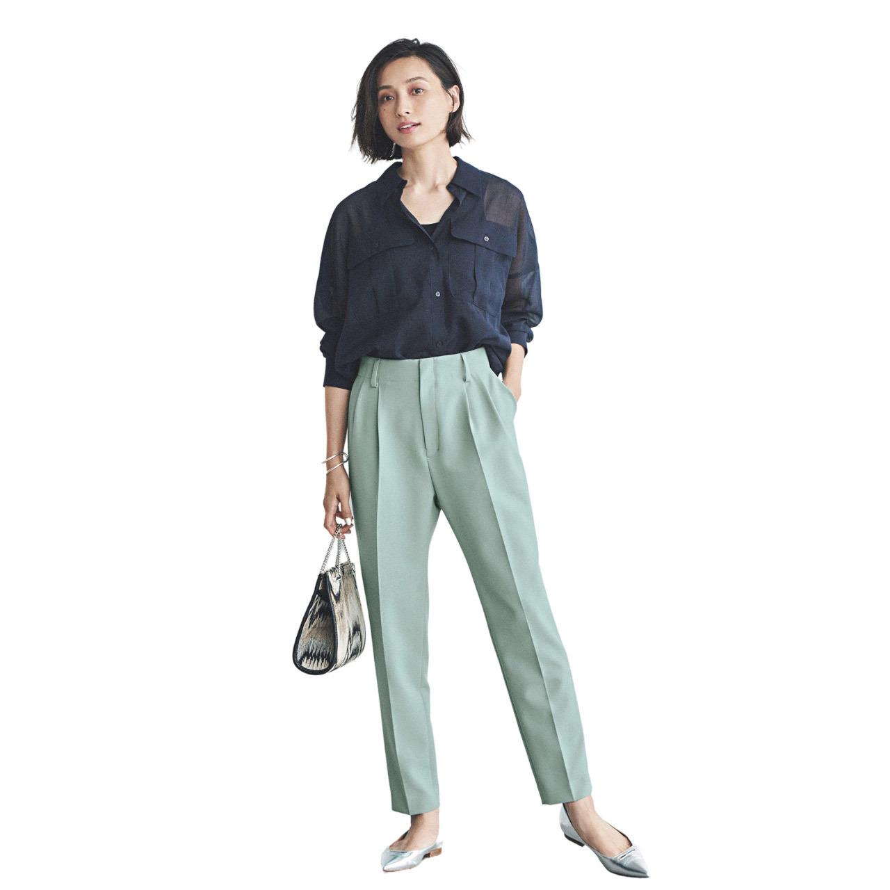 ■ネイビーのシャツ×ペールグリーンの腰高テーパードパンツコーデ