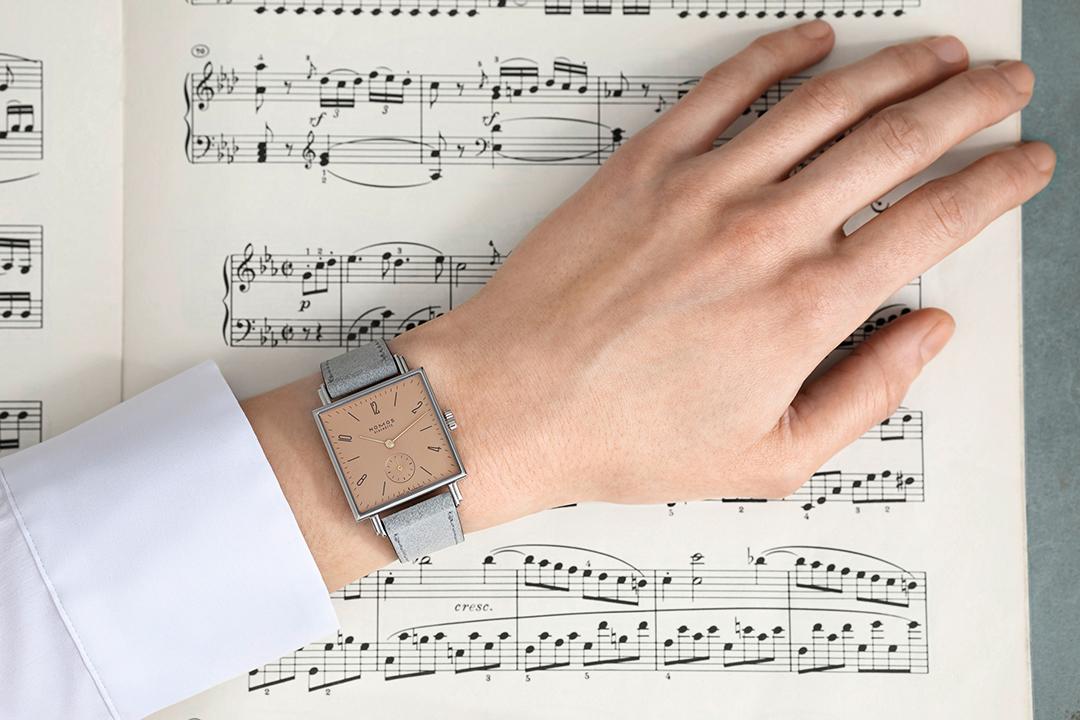 ホリデーシーズンに、ずっと愛せる腕時計を。ドイツが誇る「ノモス グラスヒュッテ」のロマンティックな新作_1_3