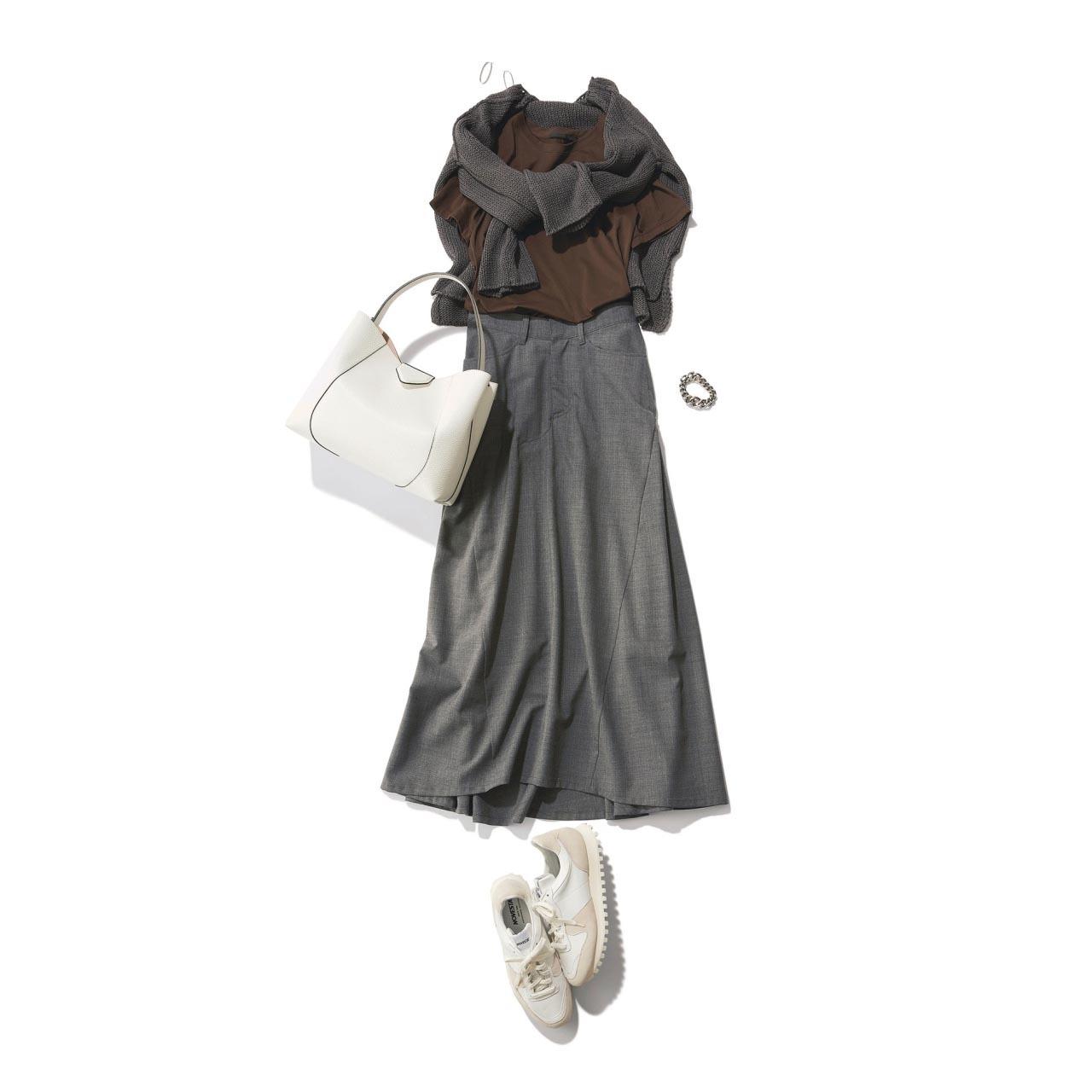 ■ブラウンTシャツ×肩がけニット×グレーのロングスカートコーデ