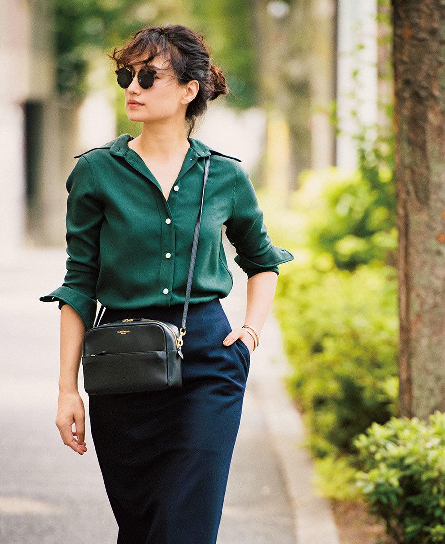 ファッション グリーンシャツ×ネイビースカートコーデ