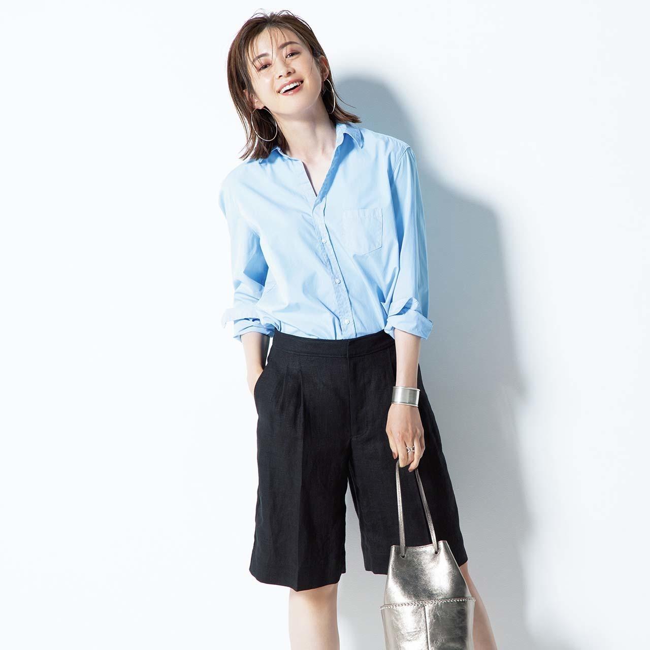 淡いブルーのシャツ×リネンのショートパンツコーデ