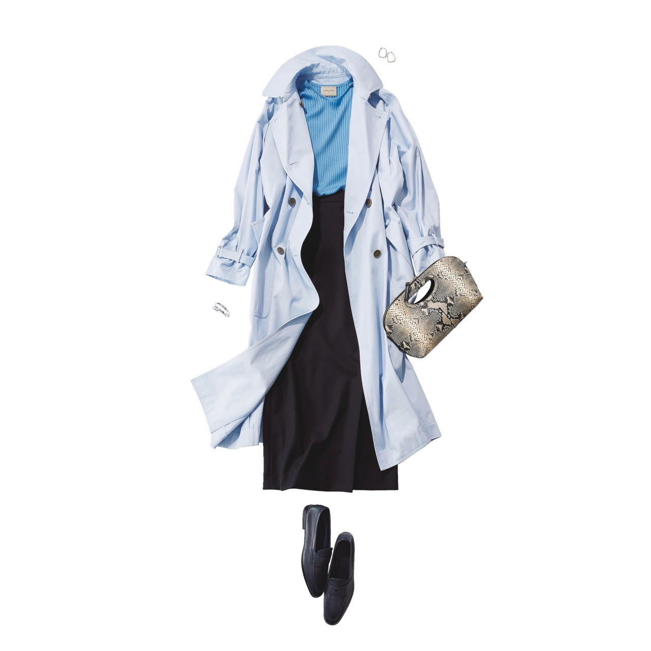 淡いブルーのトレンチコート×タイトスカートコーデ