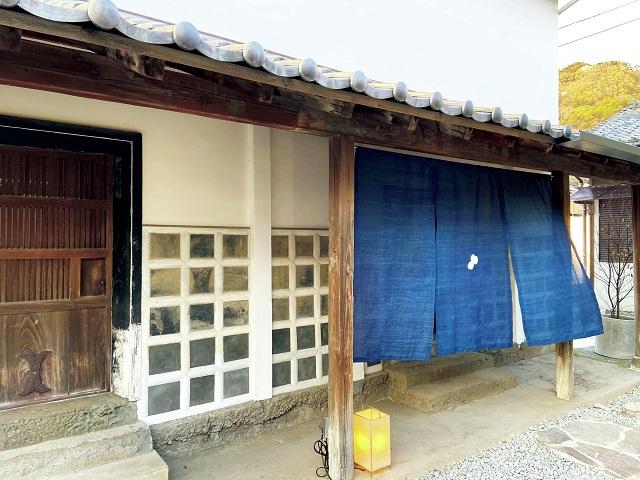 母屋の裏手にある白壁の蔵が宿泊棟。