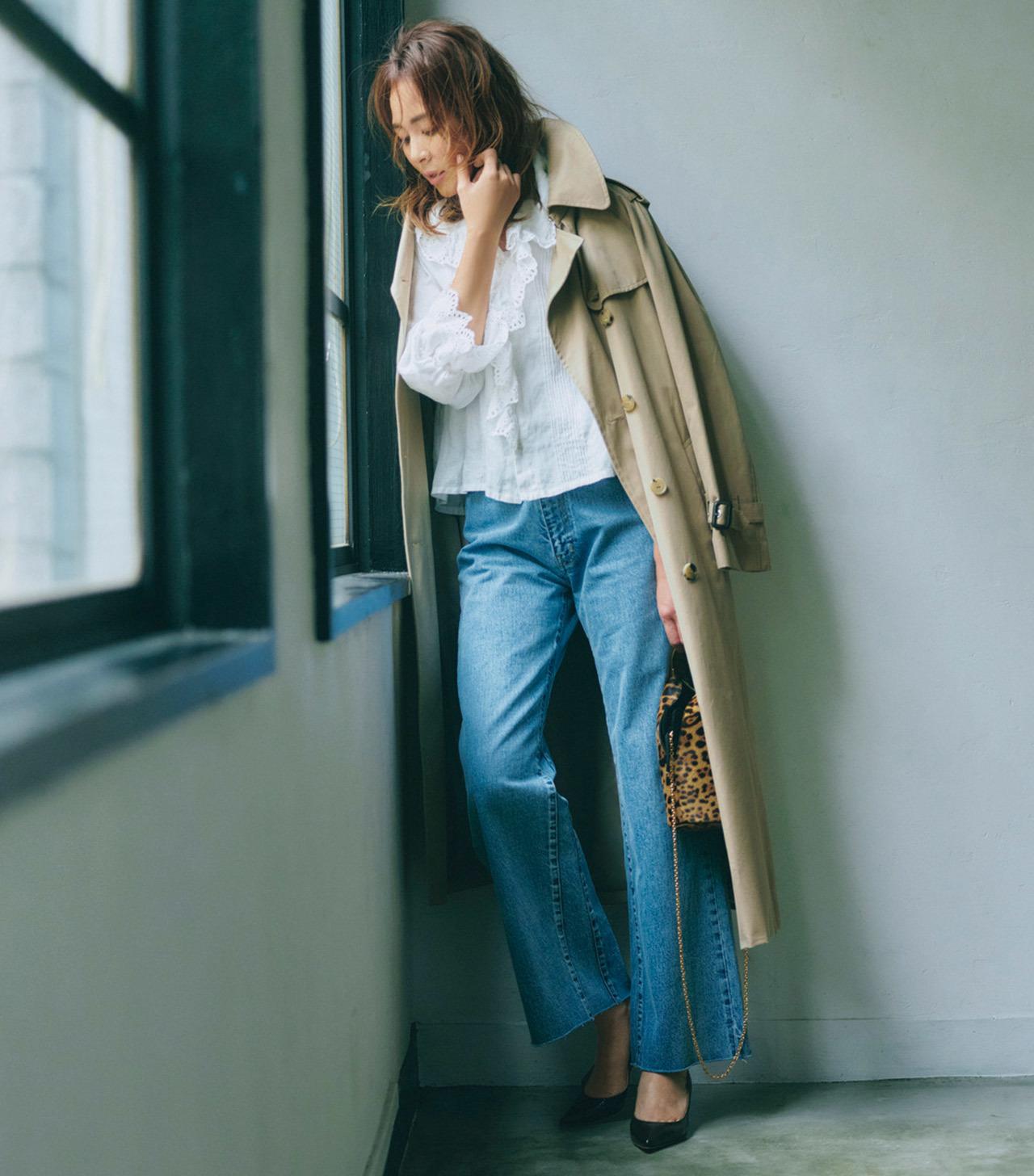 フリル襟×デニムパンツ×トレンチコートコーデ