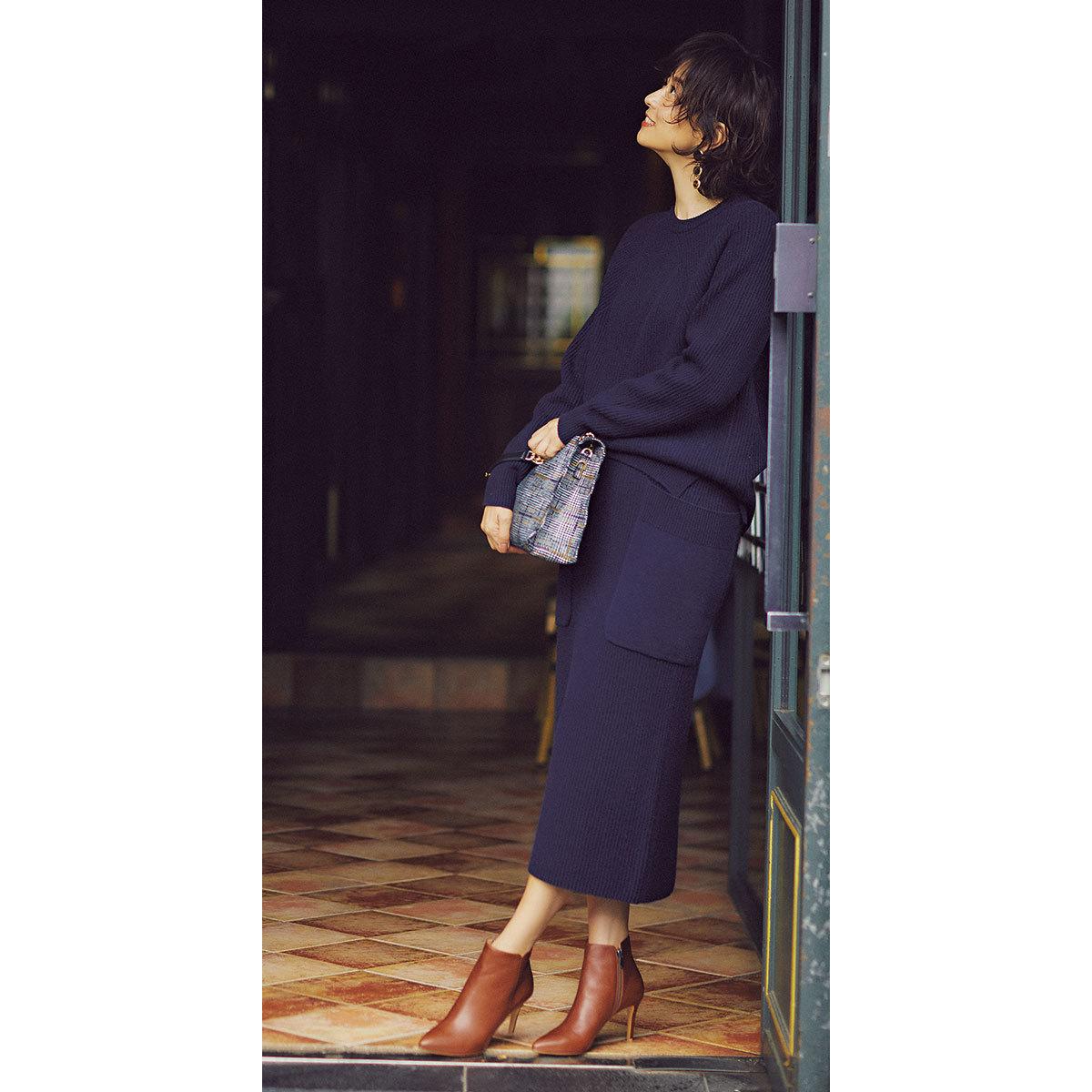 ニット×タイトスカートのセットアップコーデを着たモデルの五明祐子さん